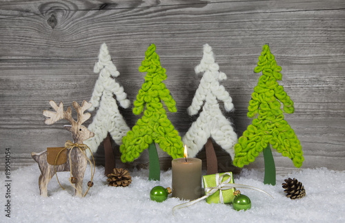 Dekoration zu weihnachten mit holz kerze und rentier in for Rentier dekoration