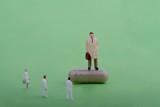 rappresentante farmaceutico in miniatura con medici e farmaco in capsula