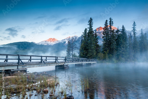 Foto op Canvas Canada Canadian Landscape: Misty Sunrise at Pyramid Lake in Jasper, Alberta