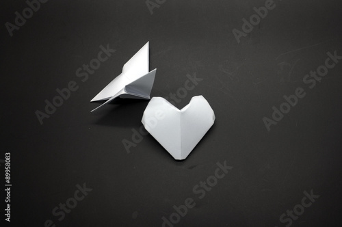 Deurstickers Geometrische dieren White origami butterfly and heart shape paper
