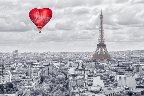 Balloon in the form of heart over Paris © Vitalez