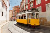 tramwaj na wąskiej uliczce Alfama w Lizbonie