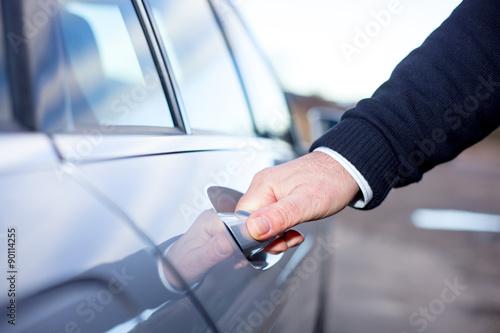 Ręce na drzwi samochodu