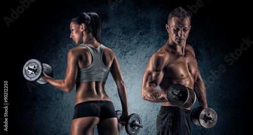 sportowy-mezczyzna-i-kobieta-z-dumbells