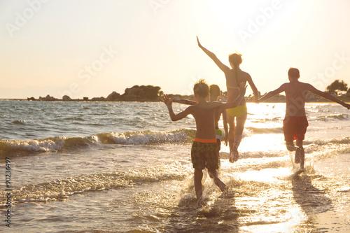 Junge Familie am Strand Poster