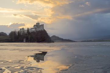 Odbicie zamku w Niedzicy w zamarzniętym jeziorze Czorsztyńskim