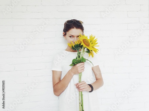 Foto op Aluminium Exclusieve beautiful girl with sunflowers