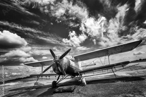 Zdjęcia na płótnie, fototapety na wymiar, obrazy na ścianę : Old airplane on field in black and white