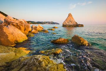 Grande roccia in mezzo al mare