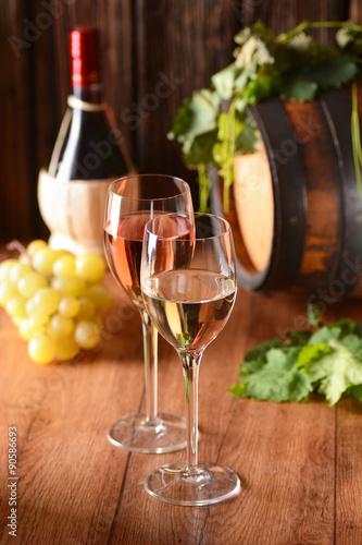 Fototapeta vino bianco e vino rosato nei calici