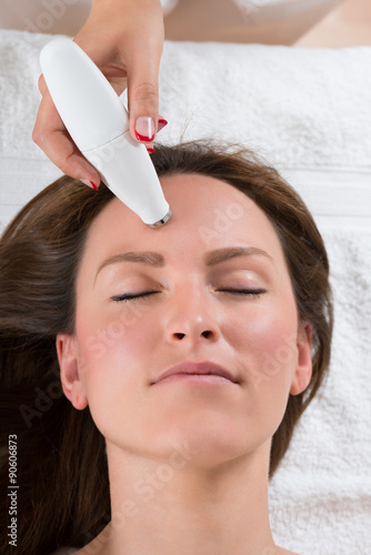 poster of Person Giving Microdermabrasion Therapy To Woman