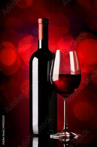 butelka-z-winem-na-czerwono