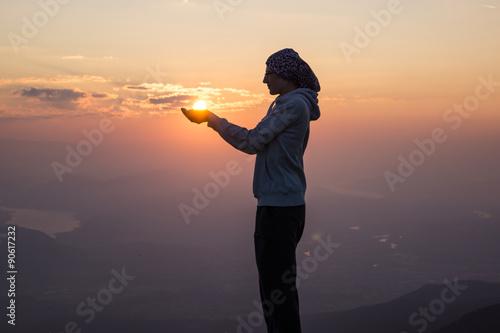 Sonne auf Händen halten