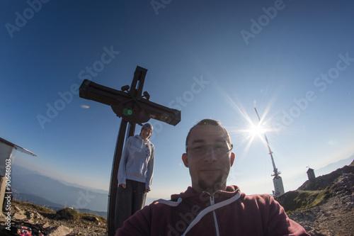 Junges Paar am Berggipfel