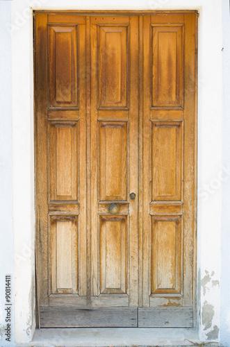 wyblakly-stare-drewniane-bramy