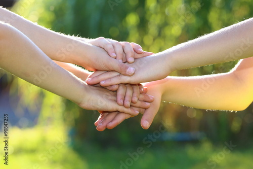 Poster übereinanderliegende Kinderhände