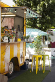 detalle de food truck vendiendo comida en la calle de una ciudad