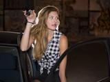 mujer modelo profesional rubia en su coche con las llaves en la mano