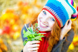 Fototapety Frau mit frischen Kräutern