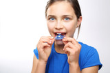 Fototapety Dziewczynka zakłada aparat ortodontyczny na zęby