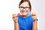 Fototapety Zdrowy, piękny uśmiech, dziecko z aparatem ortodontycznym .Dziewczynka z kolorowym aparatem ortodontycznym