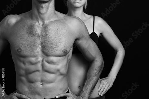 kulturystyka-sport-fitness-koncepcja-treningu-dysponowana-para-silny-miesniowy-mezczyzna-i-szczupla-kobieta-pozuje-na-czarnym-tle