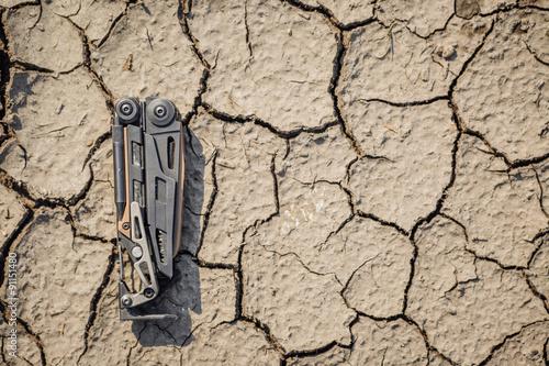 Poster steel multi tool on Crack soil