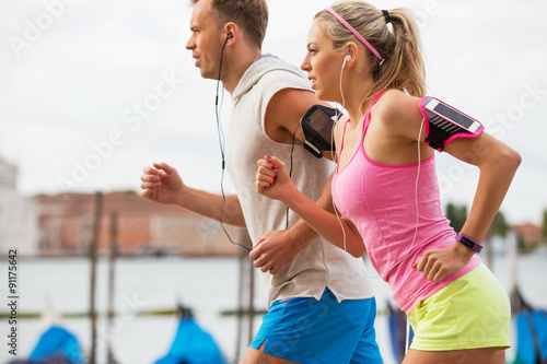 Poster, Tablou Woman and man running outdoors together