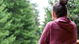 femme de dos regardant les montagnes