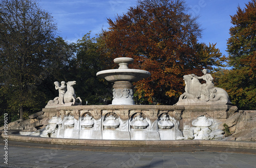 Leinwanddruck Bild Wittelsbacherbrunnen am Münchener Lenbachplatz, errichtet 1893-1895. Links und rechts zwei allegorische Figuren des Bildhauers Adolf von Hildebrand.