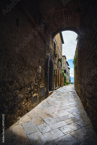 Passage under the walls of Italian village in Tuscany, Pienza © Jarek Pawlak