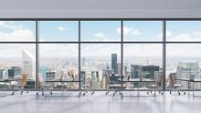 Miejsca pracy w nowoczesnym biurze panoramicznym, New York City View w oknach, Manhattan. Otwarta przestrzeń. Czarne stoły i krzesła skórzane brązowe. Pojęcie usług doradztwa finansowego. renderowania 3D.