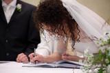 sposa firma atto di matrimonio