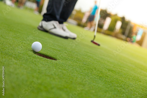 Plakat Gracz w golfa na putting green