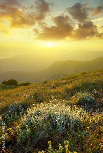 gorskie-pole-podczas-zachodu-slonca-piekne-naturalne-la