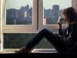 Девушка сидит на подоконнике и смотрит на город за окном. Пьет из чашки чай или кофе - 91828629