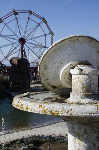 roue et fontaine dismaland Poster