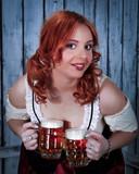 Красивая официантка с двумя кружкам и пива
