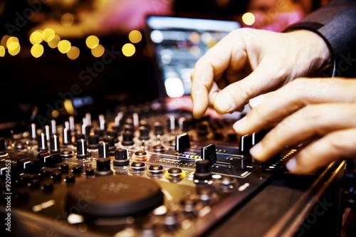 Mischpult eines DJ, DJ-Pult Poster