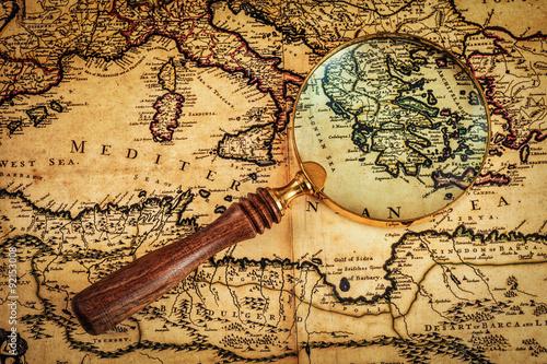 stary-vintage-szklo-powiekszajace-na-starozytnej-mapie