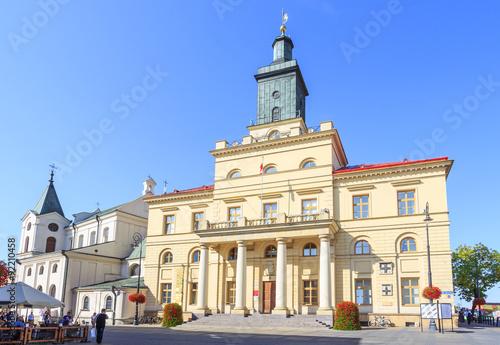 Zdjęcia na płótnie, fototapety na wymiar, obrazy na ścianę : Nowy Ratusz w Lublinie przy Krakowskim Przedmieściu, wybudowany w latach 1827-1828 w stylu klasycystycznym. Obok ratusza z lewej widoczny Kościół Św. Ducha