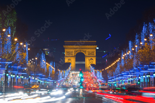 Fototapeta Avenue des Champs-Elysees with Christmas lighting leading up to the Arc de Triomphe in Paris, France