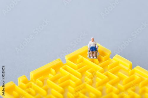 Poster 車椅子の老人と迷路