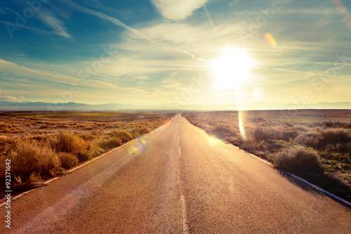 Fotobehang Beige Concepto de viaje en coche y aventuras.Paisaje y atardecer.Carreteras del mundo hacia el destino
