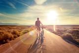 Fototapety Bicicleta y aventuras, estilo de vida. Ciclista y  paisaje de carretera