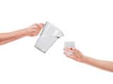 Mani versano acqua rinfrescante