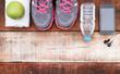 Detaily fotografie sportovní obuv a voda se sadou pro sportovní aktivity na dlážděnou podlahou