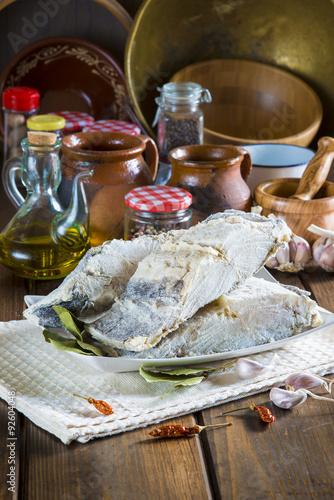 Lomo de bacalao salado cortado pescado seco en la mesa for Cocinar con 40 pesos