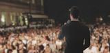 Uomo canta parla sul palco folla - 92667033