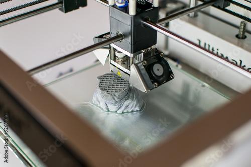 Poster Imprimante 3D en cours d'impression d'un Yoda en résine grise au Fab Lab de la C